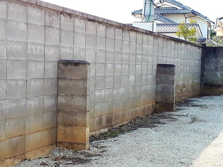 控え壁のあるブロック塀